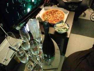 まずはパーティーの様子。スパークリングワインで乾杯です♪(*^∇^)ノ▽☆▽ヾ(^▽^*)♪